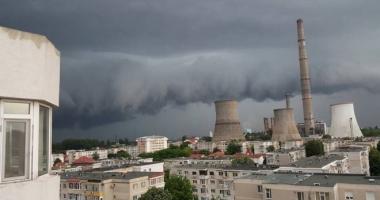 O nouă avertizare de la meteorologi. Ploi şi furtuni în jumătate din ţară, caniculă şi disconfort termic pe litoral
