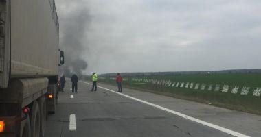 O mașină electrică a ars pe Autostrada Soarelui
