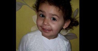 O fetiță de patru ani a fost aproape de moarte după ce a contractat o bacterie din pantofi noi