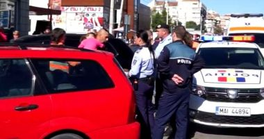 O fetiță de doi ani a fost abandonată în mașină. Părinți au plecat la cumpărături
