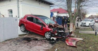 Accident spectaculos / Cum a ajuns un şofer cu maşina suspendată între o casă şi un copac