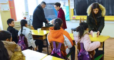 """O masă caldă pentru copiii şcolari şi preşcolari din cartierul """"Henri Coandă"""""""