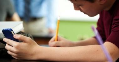 Liviu Pop: Nici profesorii şi nici elevii nu trebuie să folosească telefonul la ore