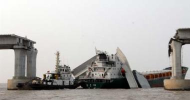 O navă a avariat grav podul pe care trecea o autostradă