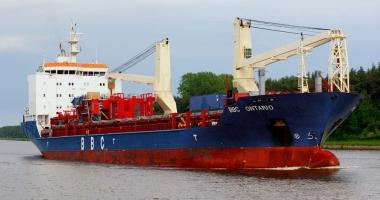 O navă a pierdut aripi de turbine eoliene în mare