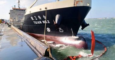 O navă de bunkeaj a suferit o spărtură, în urma unei rafale de vânt