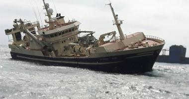 O navă de pescuit, în pericol de răsturnare