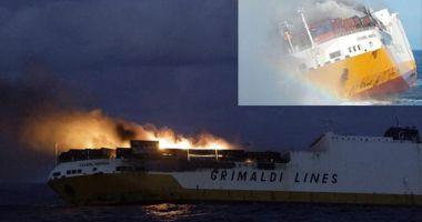O navă ro-ro cuprinsă de flăcări s-a scufundat