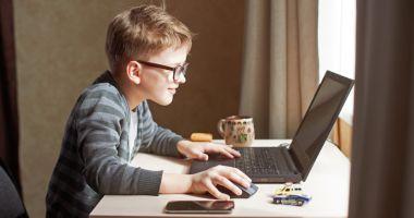 900.000 de elevi absenți de la ore pentru că nu au laptopuri sau tablete. Lista acestora a ajuns la MEC