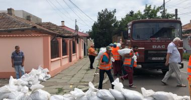 Opt diguri cu apă şi 800 de saci de nisip, în Constanţa, în zonele inundabile