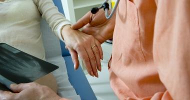 Care sunt factorii care duc la apariţia osteoporozei