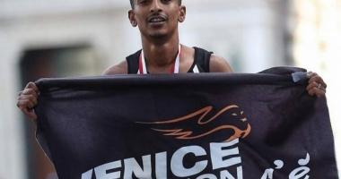 Un alergător a câștigat un maraton după ce oamenii din fața lui au mers într-o direcție greșită