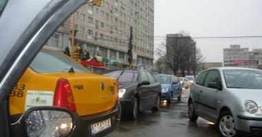 Atenţie, şoferi! Trafic îngreunat pe strada Mircea cel Bătrân