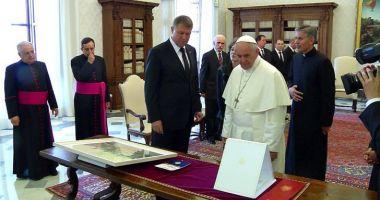 Iohannis i-a dăruit Papei 17 cadouri simbolice. Iată despre ce este vorba