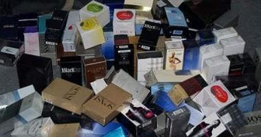 Depistaţi în timp ce vindeau parfumuri contrafăcute