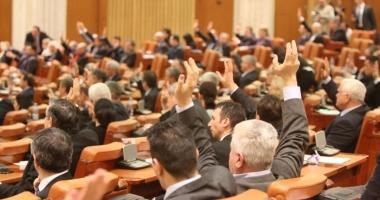 Parlamentarii şi-au reînceput activitatea