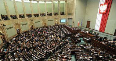Sub presiunea populației, parlamentarii își votează reducerea salariilor