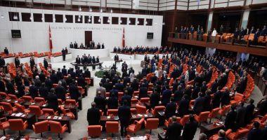 Parlamentul turc adoptă o lege controversată. Altercaţie  între deputaţi