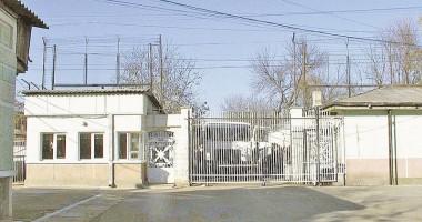POARTA ALBĂ / A încercat să bage un telefon în penitenciar, printre pulpe prăjite