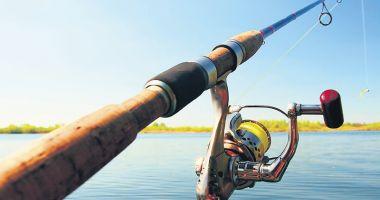 Zece persoane care pescuiau ilegal, amendate  de poliţiştii  de la Transporturi