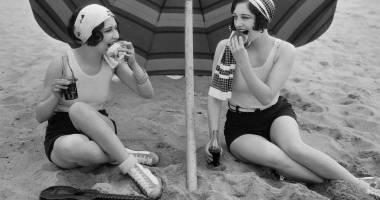 CONSTANŢA, ACUM 100 DE ANI. Chiloţei cu mânecuţă în loc de bikini. Cum se făcea plajă în urmă cu un secol