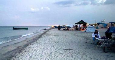 Plajele sălbatice, luate cu asalt: rulote și mașini parcate pe nisip