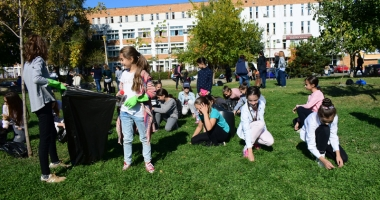Parcul de la Casa de Cultură, îngrijit de elevii de la liceele de Artă şi Telecomunicaţii şi studenţii de la