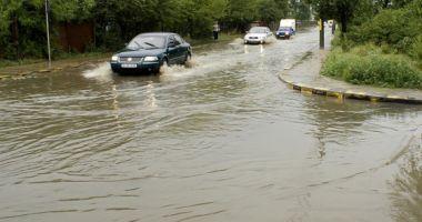 Primele victime ale inundaţiilor: o bătrână a murit după ce tavanul casei s-a prăbuşit peste ea