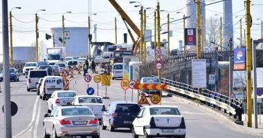 """""""AŞA NU SE POATE! ESTE O BABILONIE!"""" Trafic de coşmar în zona podului de la Butelii"""