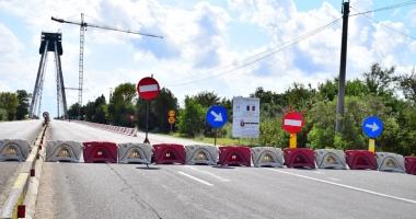 Treabă românească. Circulaţie blocată pe podul nou de la Agigea