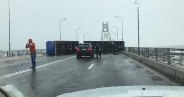 TRAFICUL PE PODUL NOU DE LA AGIGEA, COMPLET BLOCAT! Un camion s-a răsturnat de-a latul