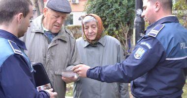 """Bătrânii, """"instruiți"""" de poliţişti să nu cadă victime ale hoţilor"""