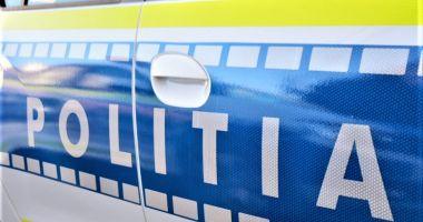 Un tânăr de 20 de ani a murit după ce a intrat cu maşina în parapeţii drumului şi într-un TIR