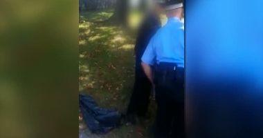 REVOLTĂTOR! Copii bătuţi de un poliţist local şi legaţi cu cătuşele de un coş de gunoi