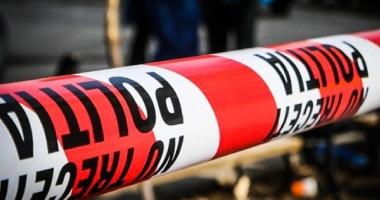 CRIMĂ ODIOASĂ. Un bărbat i-a tăiat gâtul soţiei cu toporul, apoi i-a dat foc