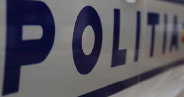 Poliţist arestat după ce a fost prins furând ţigări din transportul cu tutun de contrabandă pe care trebuie să îl supravegheze