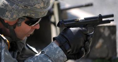 Foto : Poli�i�tii �i militarii ar putea s� foloseasc� arma din dotare f�r� s� mai r�spund� penal