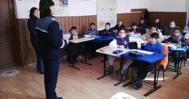 Poliţiştii constănţeni au luat la pas şcolile din mediul rural