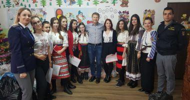 Poliţiştii de frontieră l-au ajutat pe Moş Crăciun să ajungă la copiii din satul Vâlcelele