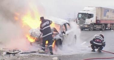 Maşină în flăcări după un accident. Şoferul de 23 de ani a adormit la volan