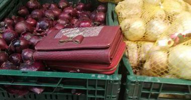 Un jandarm, aflat în timpul liber, a găsit două portofele în supermarket şi le-a predat celor care le uitaseră