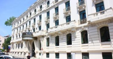 Caz revoltător la Constanţa! Bărbat LOVIT DE O MAŞINĂ, după ce a încercat să evite BUCĂŢI DESPRINSE din HOTELUL PALACE