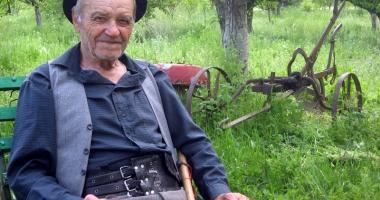 Povestea lui Mitu Ciocea, omul care a crescut şi a trăit între animale
