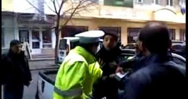 Imagini INCREDIBILE la Constanţa / Trei poliţişti au tăbărât pe managerul unui restaurant  VIDEO