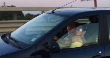 INCREDIBIL ! Surpinsă în trafic când conducea cu bebeluşul în braţe