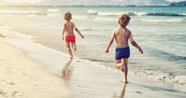 Prima dată la mare. Excursie emoţionantă pentru copiii din familii sărace