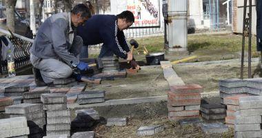 Primăria Mangalia reabilitează trotuarele și aleile de acces în blocuri