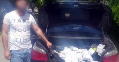 Prinşi în flagrant în timp ce comercializau ţigări de contrabandă
