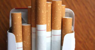 Prinşi în timp ce comercializau ilegal ţigări