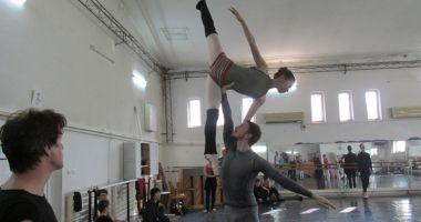 """Foto : Balerinii de la """"Oleg Danovski"""" au ajuns la disperare. """"Să vă bată Dumnezeu dacă desfiinţaţi arta dansului la Constanţa!"""""""